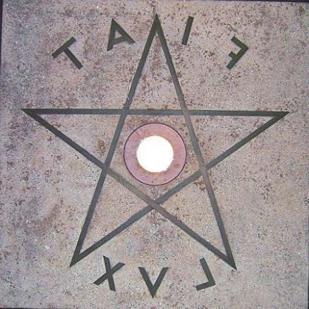 FIAT LUX no reverso com um pentagrama no Berkeley, Campanille