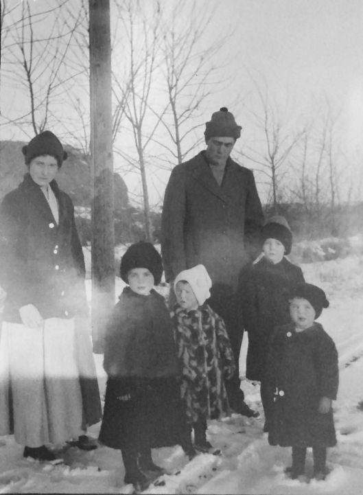 Bertha Lily (Aspinwall) Eidemiller with her kids & Glenn on Xmas 1916